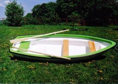 Ein Angelboot kann mit Paddeln